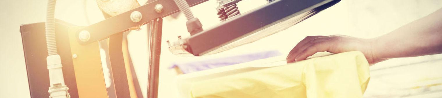 TFD Mayer - Einsatz einer Textilpresse auf einem gelben T-Shirt